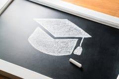 Sombrero de la graduación dibujado en la pizarra con tiza Aplicación al concepto de la universidad o de la universidad Educación  fotografía de archivo libre de regalías