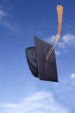 Sombrero de la graduación en el aire Fotografía de archivo libre de regalías