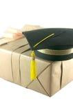 Sombrero de la graduación en la caja de regalo Imágenes de archivo libres de regalías