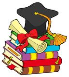 Sombrero de la graduación en la pila de libros Fotos de archivo libres de regalías