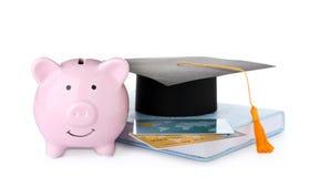 Sombrero de la graduación, tarjetas de crédito, libro y hucha aislados imágenes de archivo libres de regalías