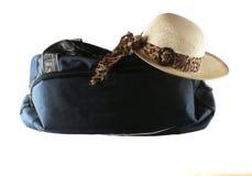 Sombrero de la maleta y de paja Fotos de archivo