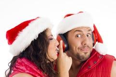 Sombrero de la Navidad de los pares que desgasta americanos cariñosos Fotografía de archivo libre de regalías