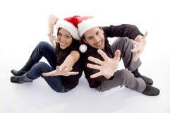 Sombrero de la Navidad de los pares que desgasta jovenes Fotos de archivo libres de regalías