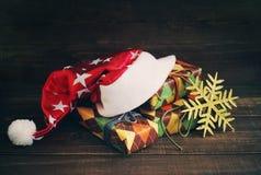 Sombrero de la Navidad de Papá Noel y cajas festivas en papel colorido Imagen de archivo