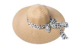 Sombrero de la paja de las mujeres femeninas con la cinta en el fondo blanco Fotografía de archivo