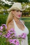 Sombrero de la vaquera de la muchacha que lleva por las flores imagen de archivo libre de regalías