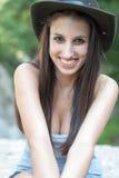 Sombrero de la vaquera de la mujer que lleva Foto de archivo