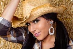 Sombrero de la vaquera de la mujer que lleva Imagen de archivo