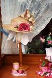 Sombrero de las señoras en la visualización de la ventana de almacén Imagen de archivo