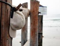 Sombrero de los deportes en el pilón en la playa Fotografía de archivo libre de regalías