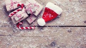 Sombrero de los regalos de Navidad, de Papá Noel y bastones de caramelo decorativos en envejecido fotos de archivo