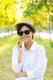 Sombrero de los vidrios de sol de la mujer que lleva hermosa joven y de paja de la moda Foto de archivo