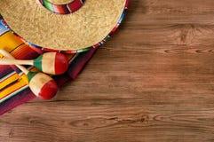 Sombrero de madera del mexicano del fondo de Mayo del cinco de México foto de archivo libre de regalías