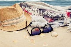 Sombrero de paja, abrigo de la ropa de playa del encubrimiento y vidrios de sol en una playa tropical fotos de archivo libres de regalías