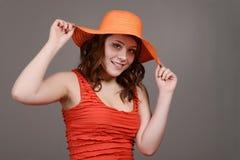 Sombrero de paja anaranjado del control adolescente de la muchacha Foto de archivo libre de regalías