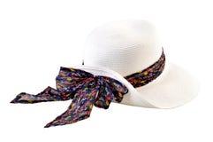 Sombrero de paja bonito con el arco grande (estampado de flores) en el backgrou blanco imagen de archivo