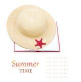 Sombrero de paja con el libro y las estrellas de mar rojas aislados Fotografía de archivo libre de regalías