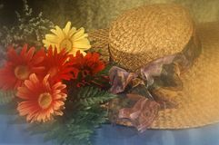 Sombrero de paja con flores Fotografía de archivo libre de regalías