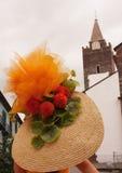 Sombrero de paja con las flores Fotografía de archivo libre de regalías