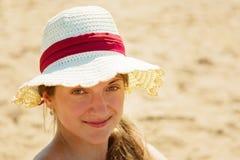 Sombrero de paja de la muchacha que desgasta Foto de archivo libre de regalías
