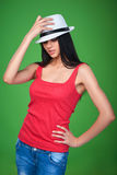 Sombrero de paja de la muchacha que lleva adolescente que mira para arriba Imagenes de archivo