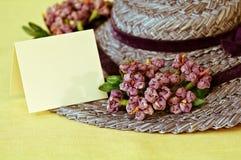 Sombrero de paja de la vendimia con la tarjeta en blanco Imagen de archivo libre de regalías