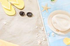 Sombrero de paja del fondo del verano de las vacaciones del viaje de los accesorios del viajero Foto de archivo