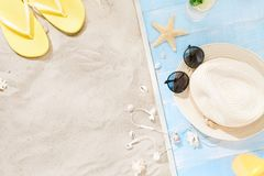 Sombrero de paja del fondo del verano de las vacaciones del viaje de los accesorios del viajero Fotografía de archivo
