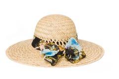 Sombrero de paja del verano con un arqueamiento Foto de archivo libre de regalías