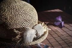 Sombrero de paja en el mantel de bambú Imágenes de archivo libres de regalías