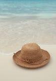 Sombrero de paja en la isla tropical Fotos de archivo libres de regalías