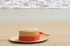 Sombrero de paja en la playa, concepto de las vacaciones, vacaciones del océano, espacio de la copia foto de archivo
