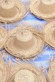 Sombrero de paja en mercado local. Fotos de archivo libres de regalías