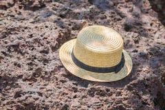 Sombrero de paja en piedra Fotos de archivo libres de regalías