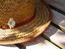 sombrero de paja en un banco imagen de archivo libre de regalías