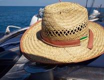 Sombrero de paja en un yate de la navegación Fotos de archivo