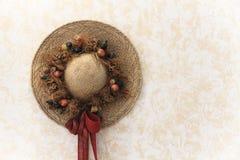 Sombrero de paja hecho a mano tradicionalmente adornado de la señora del vintage con el ramo floral Fotografía de archivo