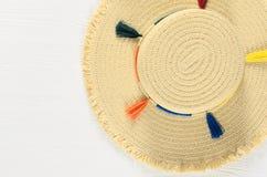 Sombrero de paja para mujer del verano en el fondo de madera blanco con el balneario de la copia Foto de archivo