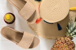 Sombrero de paja para mujer de los accesorios del verano, chancletas, piña, Ca Fotografía de archivo libre de regalías