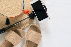 Sombrero de paja para mujer de los accesorios y de las sandalias del verano, teléfono móvil, sel Imágenes de archivo libres de regalías