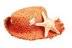 Sombrero de paja y estrellas de mar aislados en un backgro blanco Imagen de archivo libre de regalías