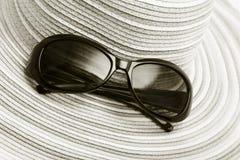 Sombrero de paja y gafas de sol imágenes de archivo libres de regalías
