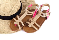 Sombrero de paja y sandalias Foto de archivo libre de regalías