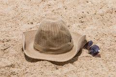 Sombrero de paja y vidrios de sol Fotografía de archivo