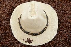 Sombrero de Panamá en los granos de café Fotos de archivo