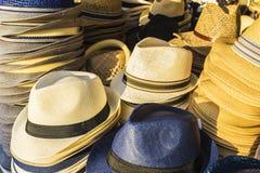 Sombrero de Panamá en una tienda de souvenirs en un mercado de pulgas foto de archivo