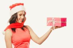 Sombrero de Papá Noel de la raza mixta de la muchacha con la caja de regalo Imagenes de archivo