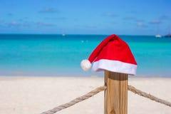 Sombrero de Papá Noel del primer en la cerca en el Caribe tropical Foto de archivo libre de regalías