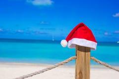 Sombrero de Papá Noel del primer en la cerca en la playa tropical Fotos de archivo libres de regalías